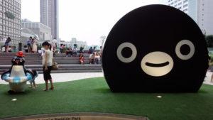 JR新宿駅の新南改札のペンギン広場