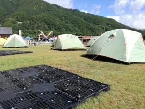 家族deサバイバルキャンプのテント設営