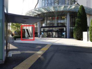 ダイバーシティ東京プラザの入口のエスカレーター