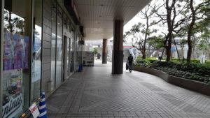 海浜幕張駅からゾゾマリンスタジアムへのプレナ幕張の横を通る